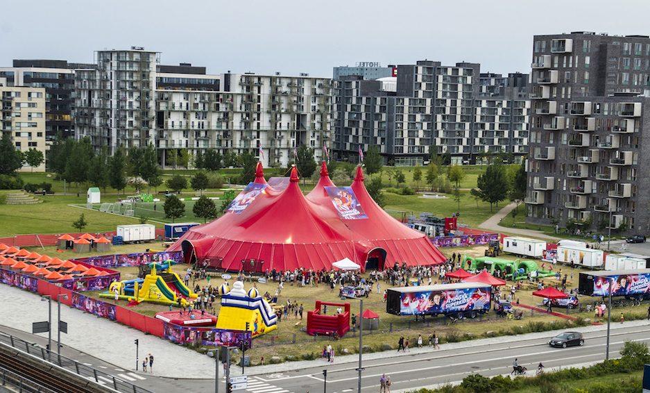 Når Flying Superkids' telt er fyldt op, er der mange pladser solgt. Det er derfor vigtigt med et billetsalg, der fungerer nemt og enkelt, så hele teltet kan blive fyldt.