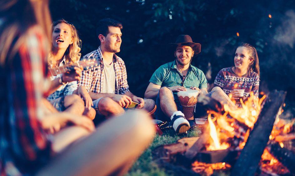 Venner samlet om bålet til et arrangement i det lokale